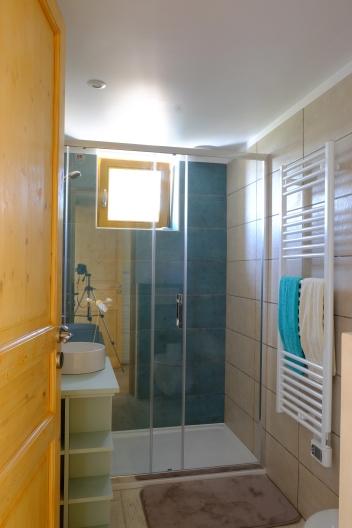 Sdb avec toilette et WC séparée